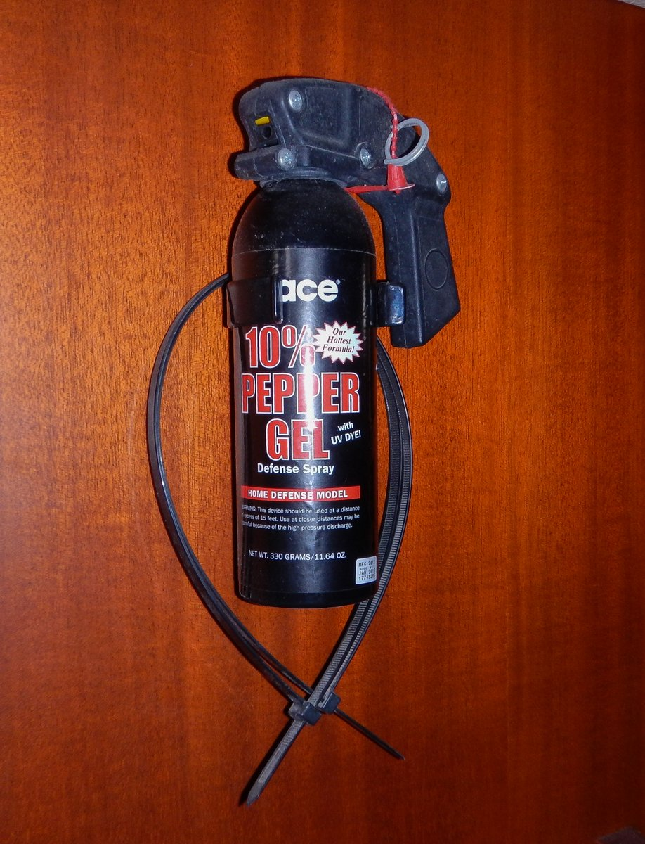 Wall-mounted Pepper Spray with handcuffs